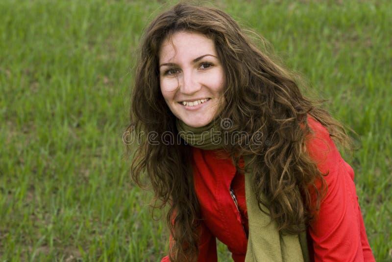 Mädchen, das in der Natur sitzt lizenzfreie stockfotografie