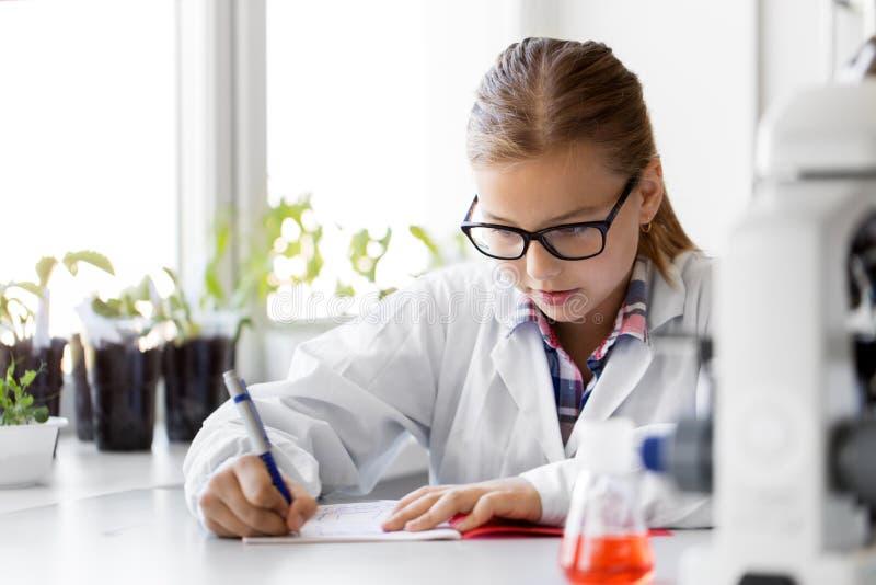 Mädchen, das in der Schule Labor der Chemie studiert lizenzfreies stockfoto