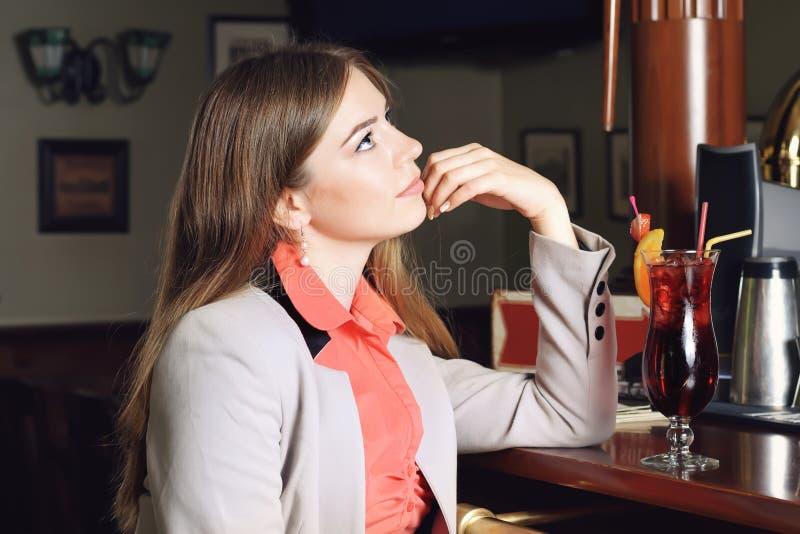 Mädchen, das an der Stange sitzt lizenzfreie stockfotos