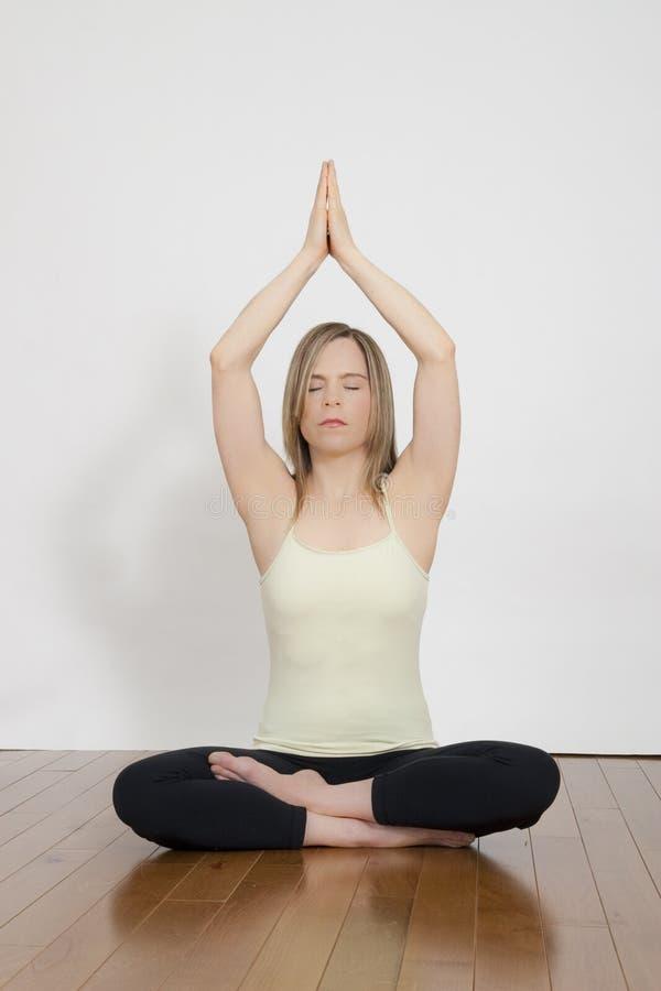 Mädchen, das in der Yogaposition meditiert lizenzfreie stockfotografie