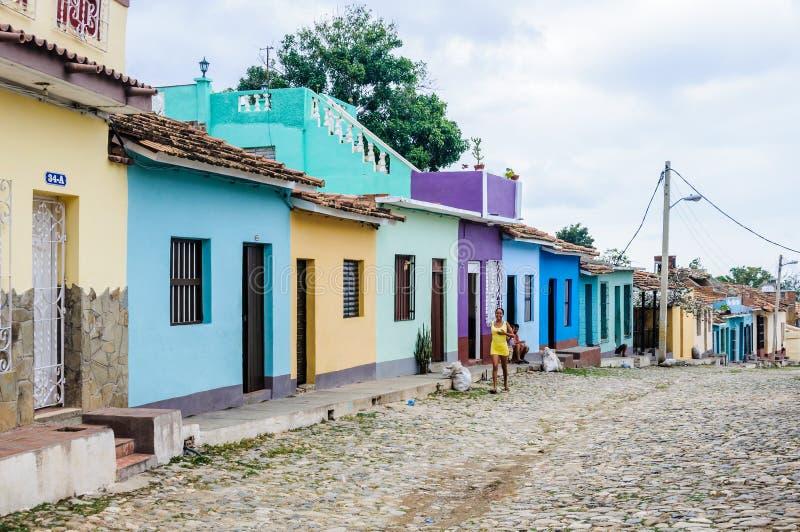 Mädchen, das in die alte Stadt von Trinidad, Kuba geht stockbild