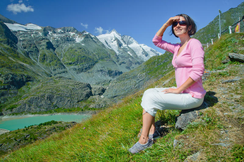Mädchen, das die Berge betrachtet stockfotos