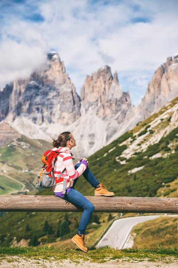 Mädchen, das die Berge betrachtet stockfotografie