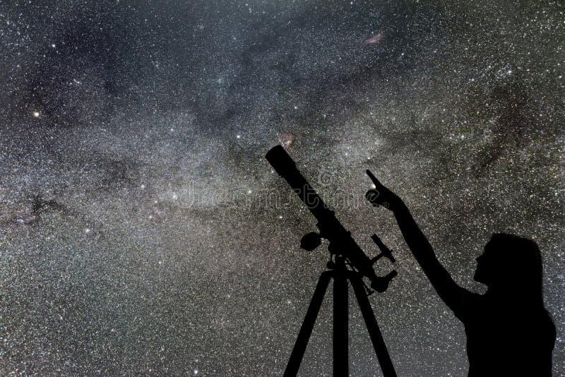 Mädchen, das die Sterne betrachtet Teleskop-Milchstraße lizenzfreie stockfotos