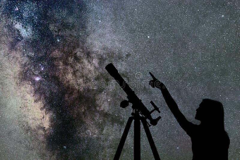 Mädchen, das die Sterne betrachtet Teleskop-Milchstraße stockbild