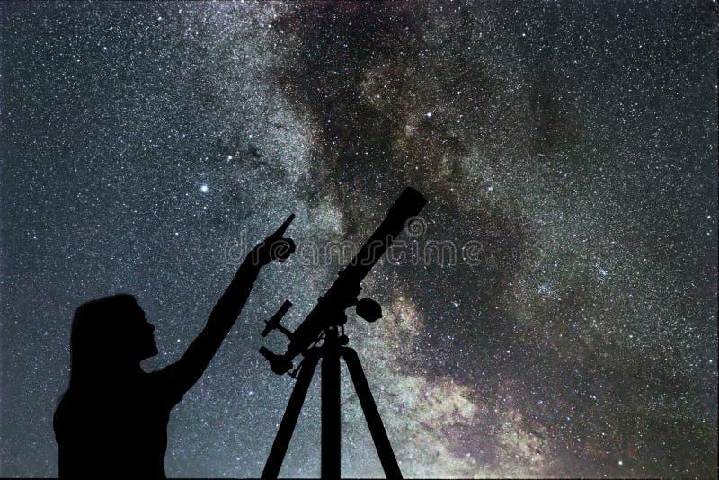 Mädchen, das die Sterne betrachtet Teleskop-Milchstraße lizenzfreie stockfotografie