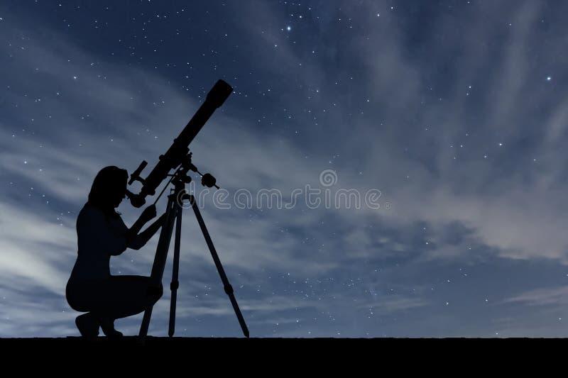 Mädchen, das die Sterne mit Teleskop betrachtet Sternenklarer nächtlicher Himmel lizenzfreie stockbilder