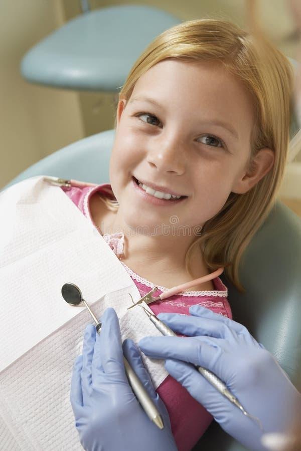 Mädchen, das die Zähne überprüft an der zahnmedizinischen Klinik hat lizenzfreies stockbild