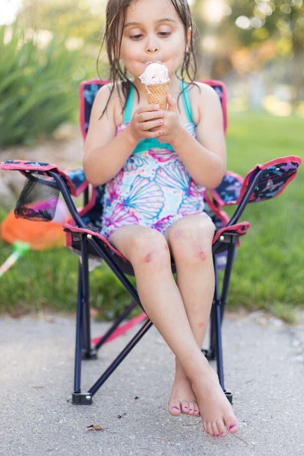 Mädchen, das draußen Eiscreme isst lizenzfreie stockfotografie