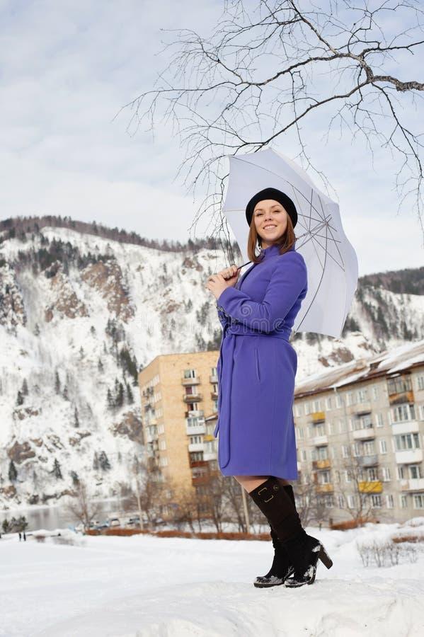 Mädchen, das draußen im Winter aufwirft stockbild