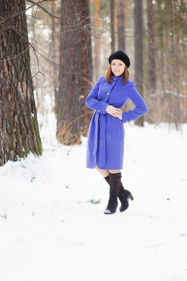 Mädchen, das draußen im Winter aufwirft stockbilder