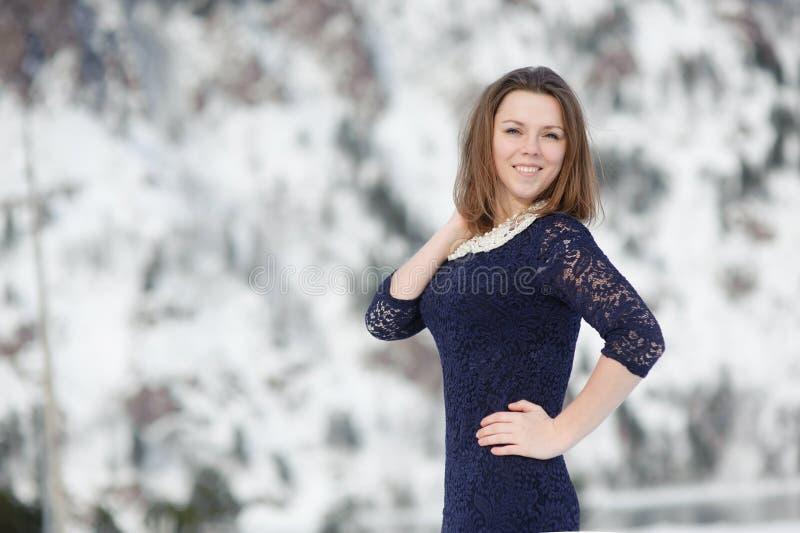 Mädchen, das draußen im Winter aufwirft lizenzfreies stockfoto
