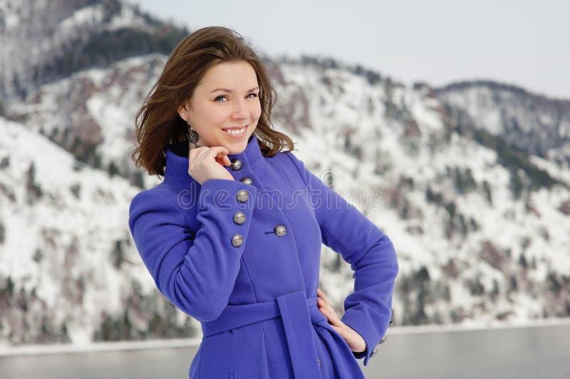 Mädchen, das draußen im Winter aufwirft stockfotografie