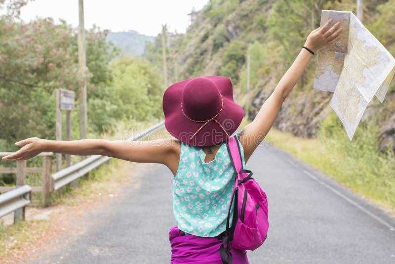 Mädchen, das draußen, Reisekonzept genießt lizenzfreie stockfotografie