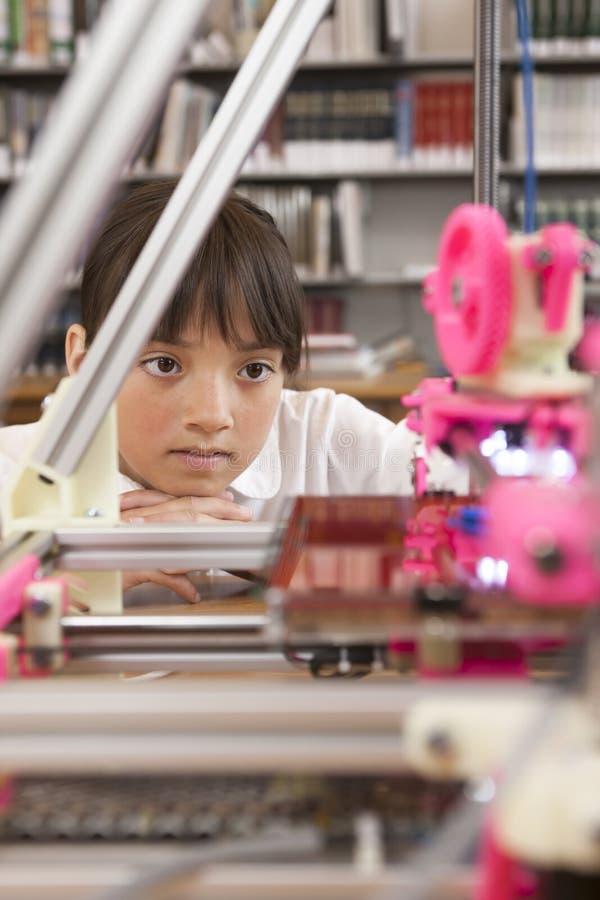 Mädchen, das Drucker 3D betrachtet stockfotos