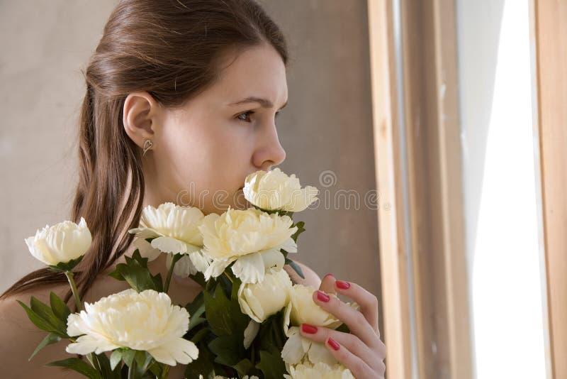 Mädchen, das durch das Fenster schaut lizenzfreie stockfotos