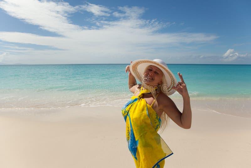 Mädchen, das durch das Meer aufwirft stockfoto