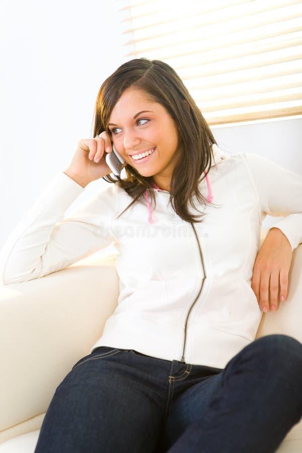 Mädchen, das durch Mobiltelefon spricht stockfoto
