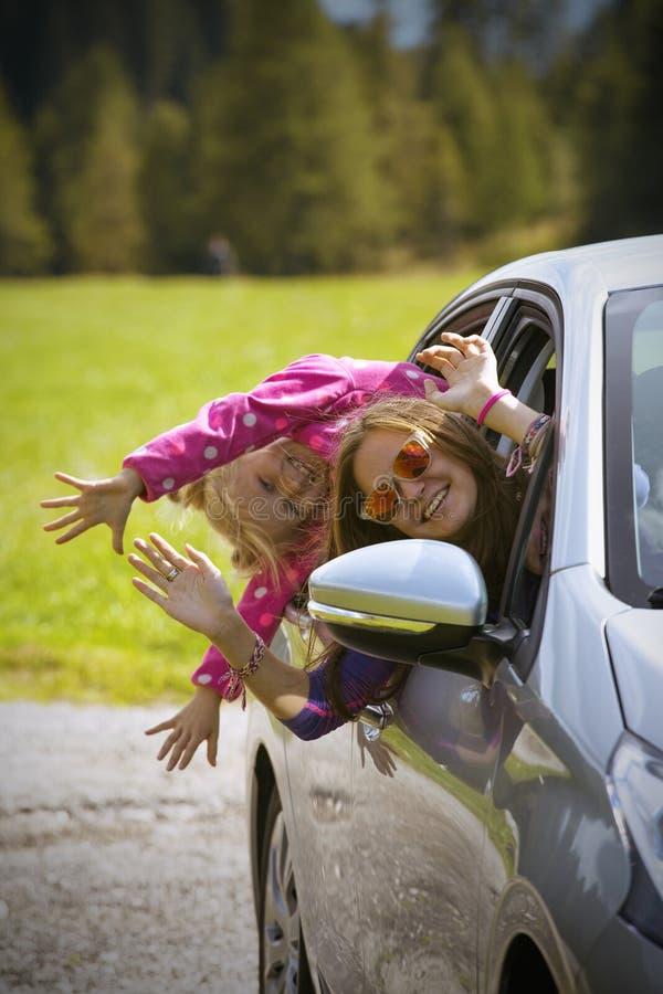 Mädchen, das in ein Auto reist lizenzfreies stockbild