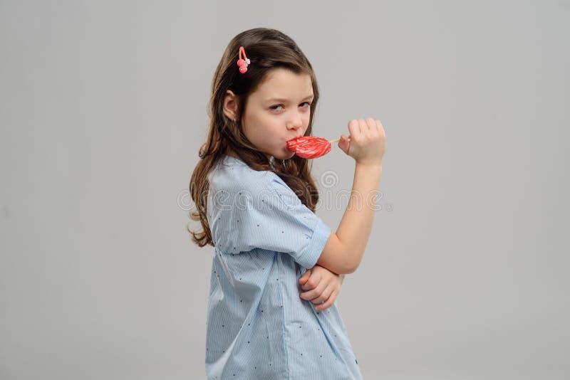 Mädchen, das ein Bonbon isst lizenzfreies stockbild