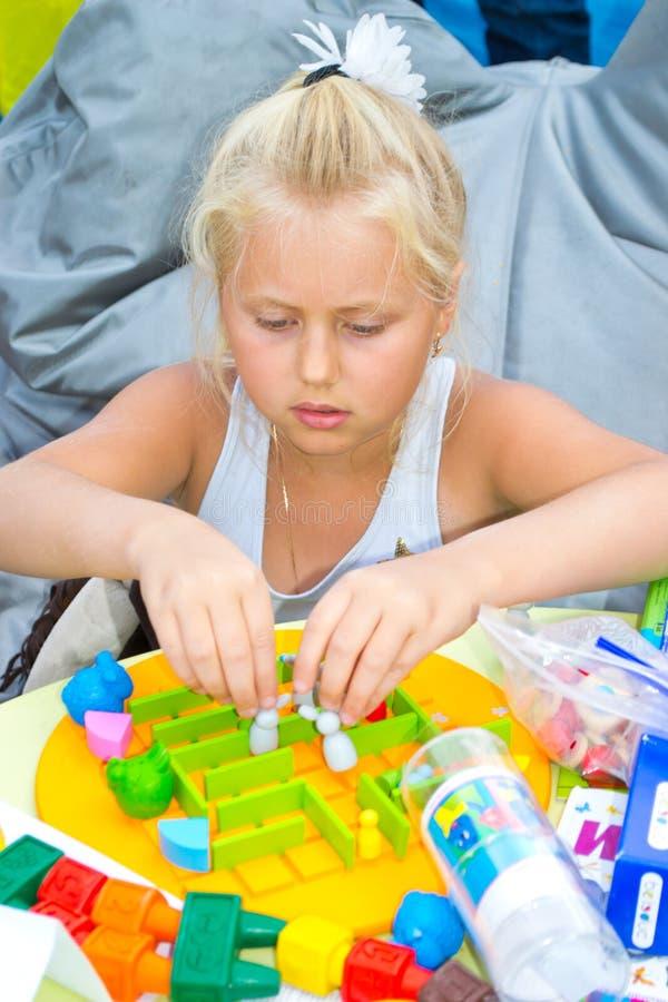 Mädchen, das ein Brettspiel spielt stockfoto