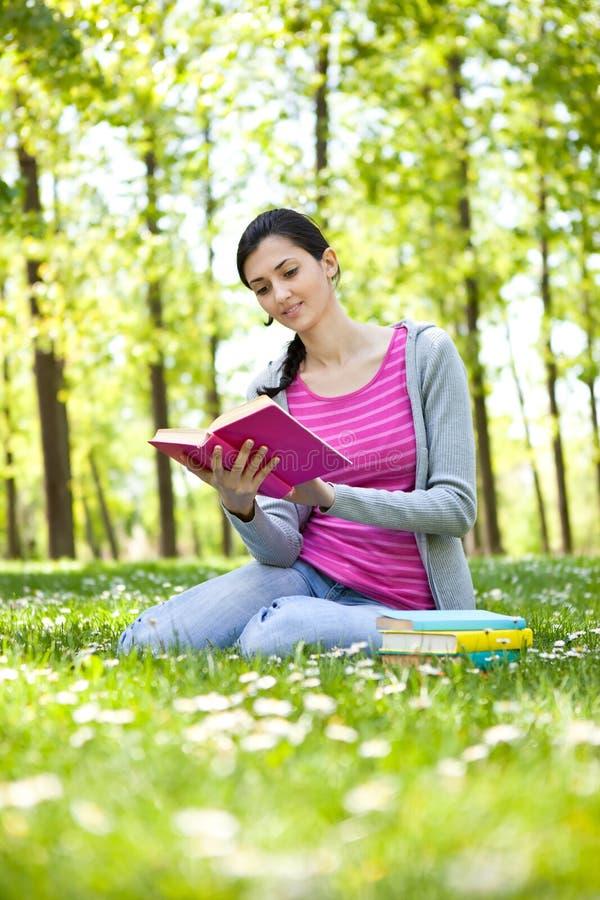 Mädchen, das ein Buch im Freien liest lizenzfreies stockbild