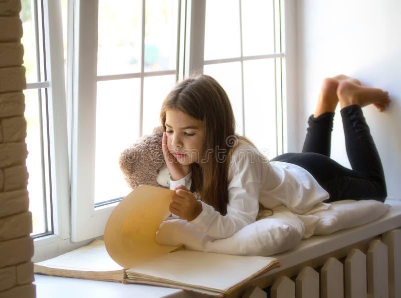 Mädchen, das ein Buch liest stockfoto