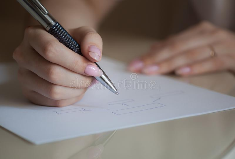 Mädchen, das ein Diagramm schreibt stockfotos