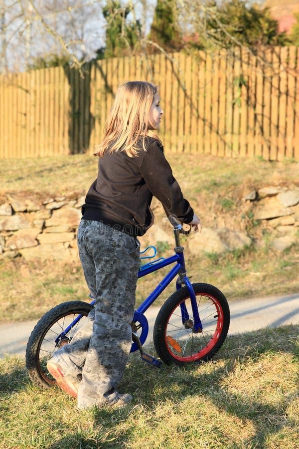 Mädchen, das ein Fahrrad bereitsteht stockbilder