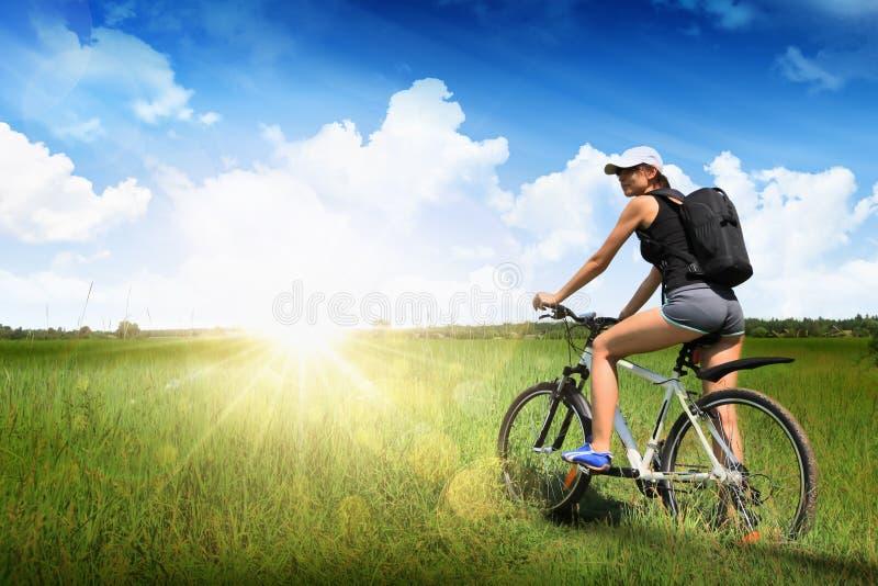 Mädchen, das ein Fahrrad reitet stockbild
