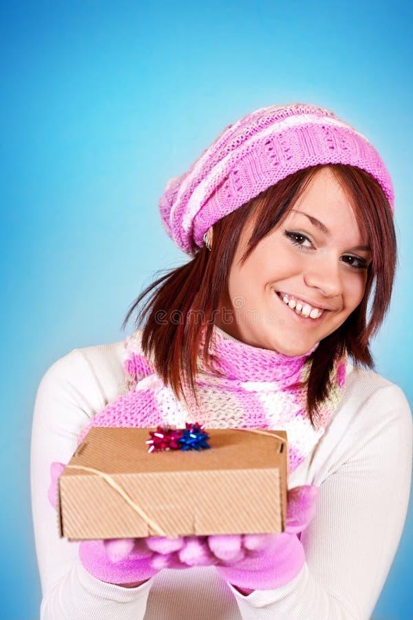 Mädchen, das ein Geschenk gibt stockfotografie