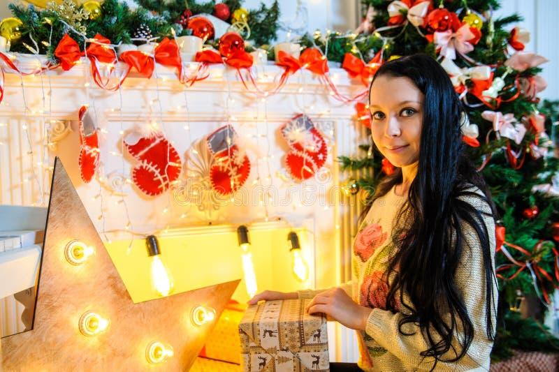 Mädchen, das ein Geschenk im neuen Jahr hält stockfoto