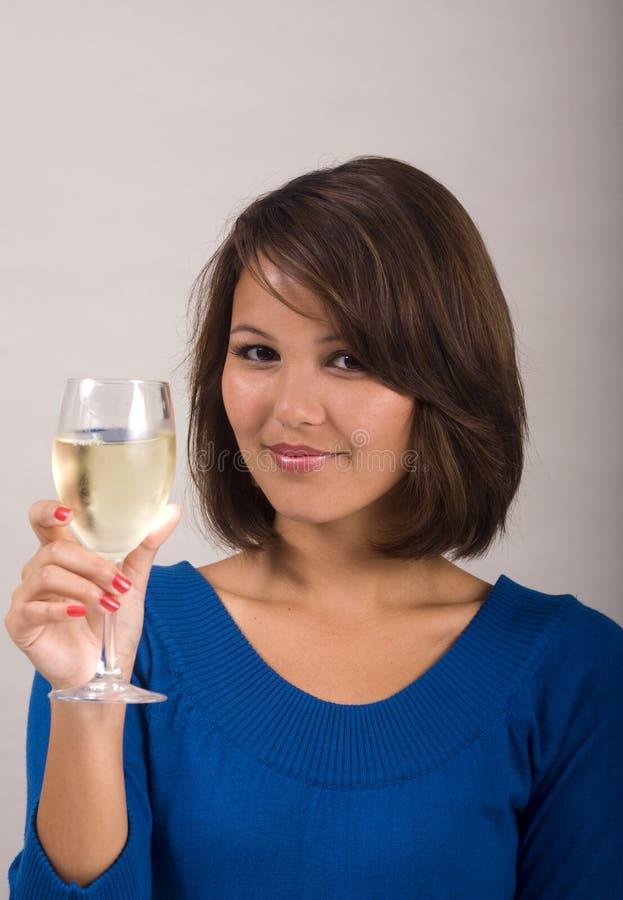 Mädchen, das ein Glas weißen Wein trinkt stockbild
