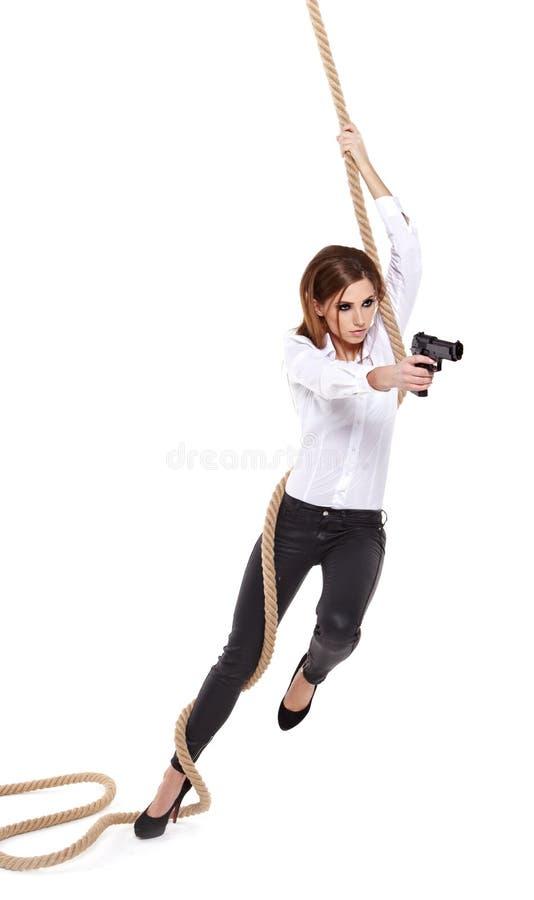 Mädchen, das ein schwarzes Gewehr anhält lizenzfreie stockfotos