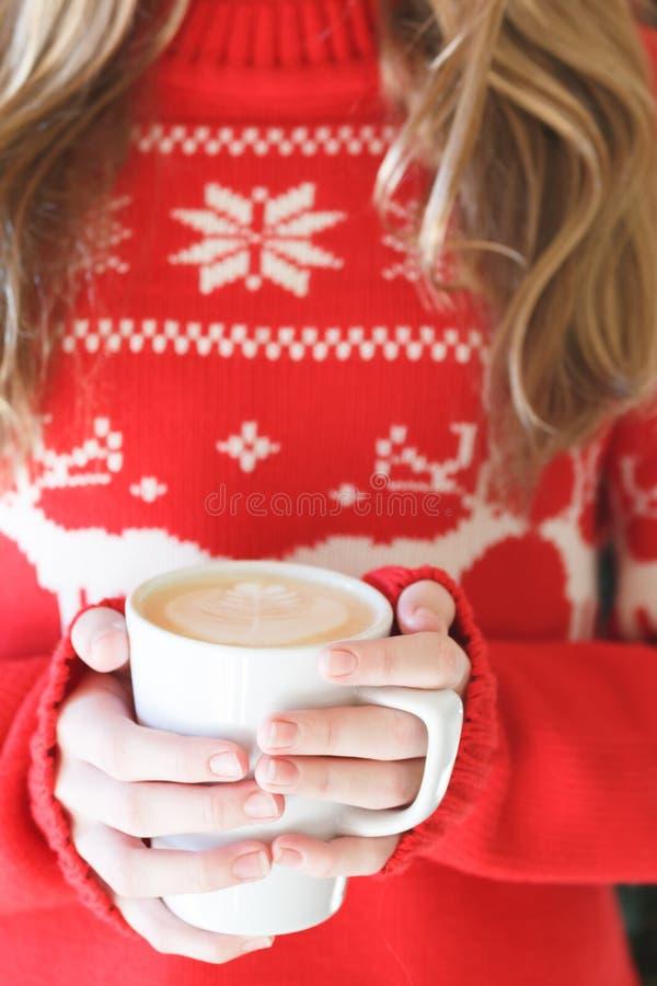 Mädchen, das eine Cappuccinoschale hält Konzept des Weihnachtsfeiertags Hol lizenzfreie stockfotografie