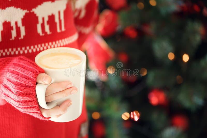 Mädchen, das eine Cappuccinoschale hält Konzept des Weihnachtsfeiertags Hol stockfotos