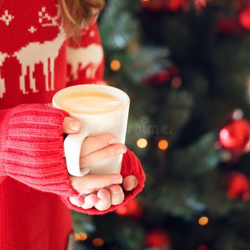 Mädchen, das eine Cappuccinoschale hält Konzept des Weihnachtsfeiertags Hol lizenzfreies stockfoto
