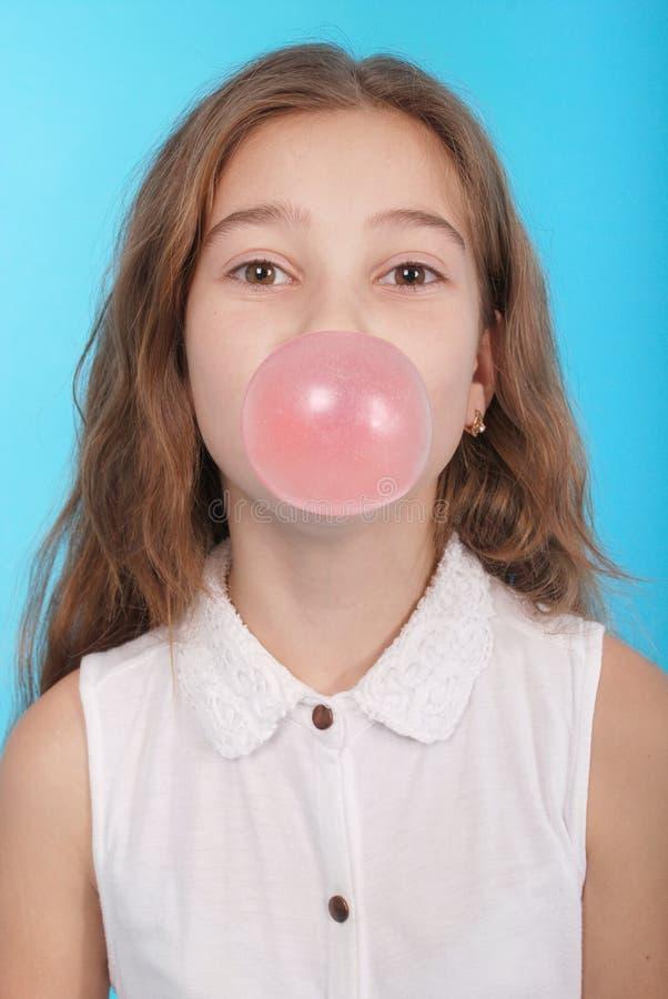 Mädchen, das eine große Kaugummiluftblase durchbrennt lizenzfreie stockfotos