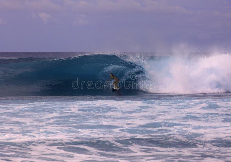 Mädchen, das eine große Welle surft stockfoto