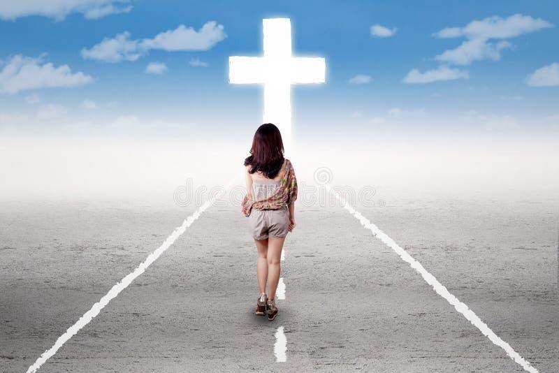 Mädchen, das eine heilige Reise zum Kreuz tut stockfotografie