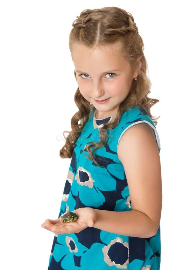 Mädchen, das eine Schildkröte hält stockbilder