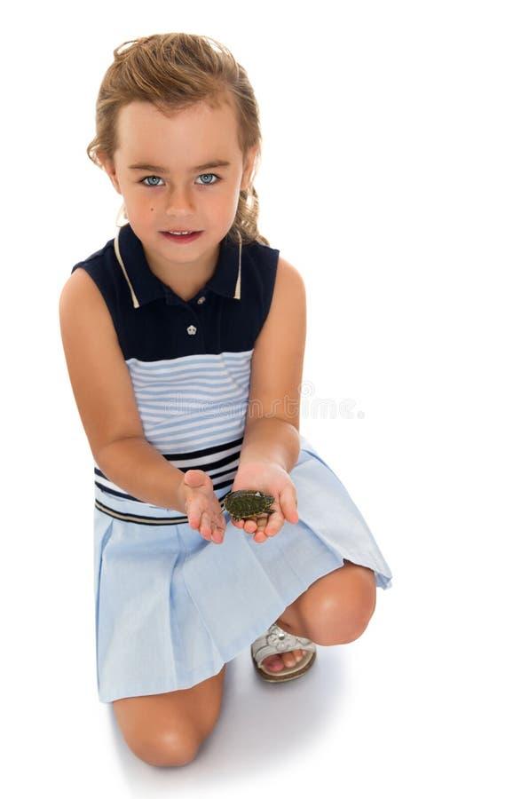 Mädchen, das eine Schildkröte hält lizenzfreie stockfotos