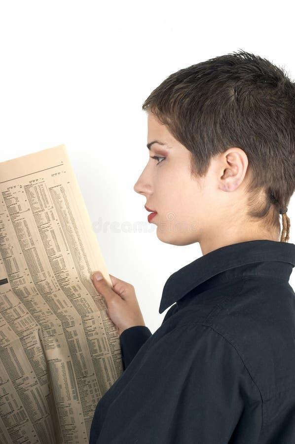 Mädchen, das eine Zeitung liest lizenzfreies stockfoto