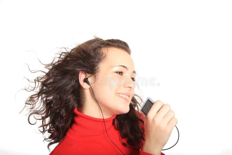 Mädchen, das in einem MP3 singt lizenzfreie stockfotos