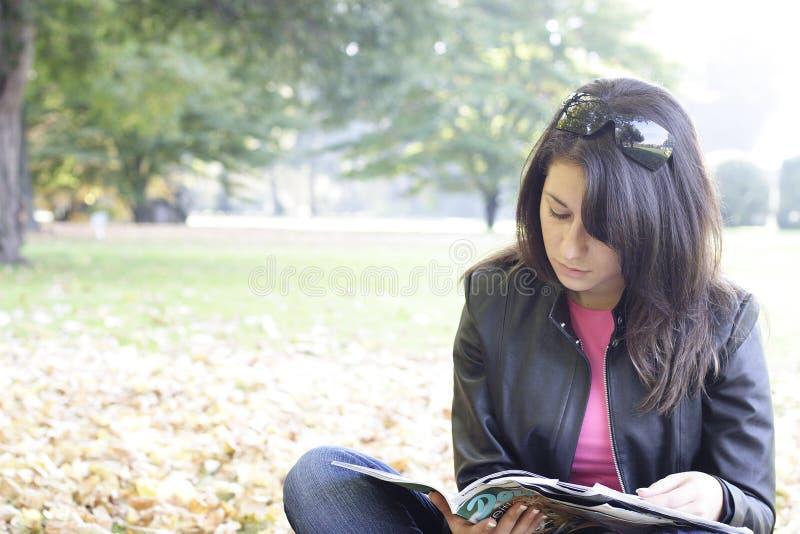 Mädchen, das in einem Park sich entspannt lizenzfreie stockfotos