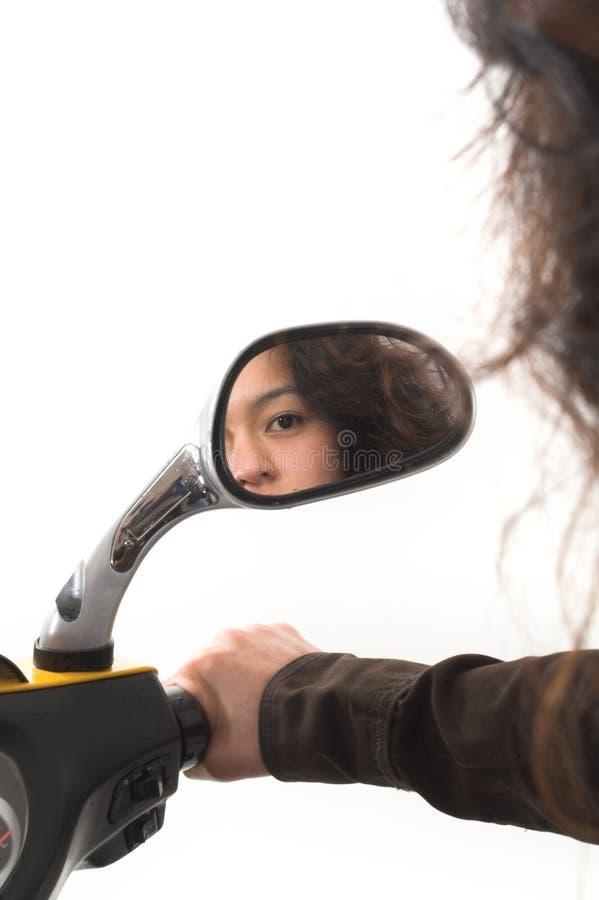 Mädchen, das in einem Spiegel schaut stockfotografie