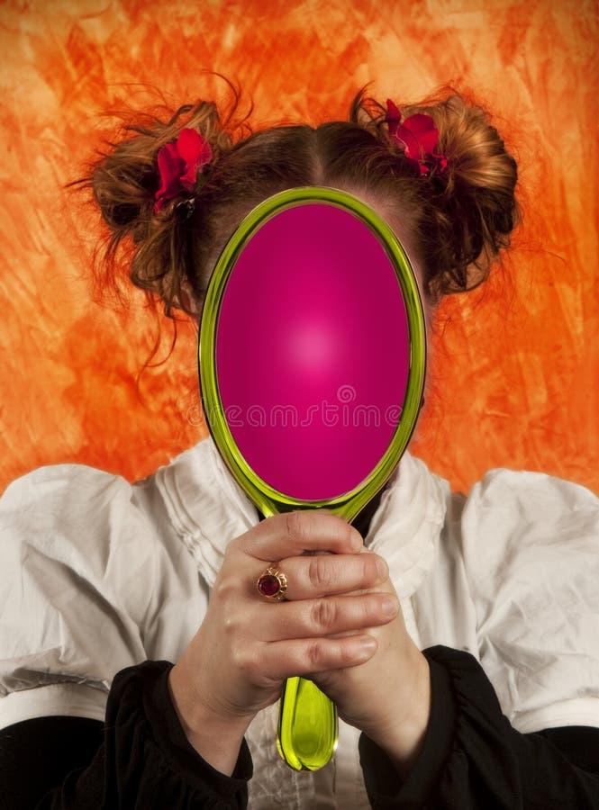 Mädchen, das in einem Spiegel schaut lizenzfreies stockbild