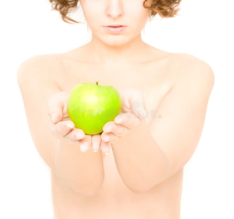 Mädchen, Das Einen Apfel (Fokus, Anhält Auf Apfel) Stockfotografie