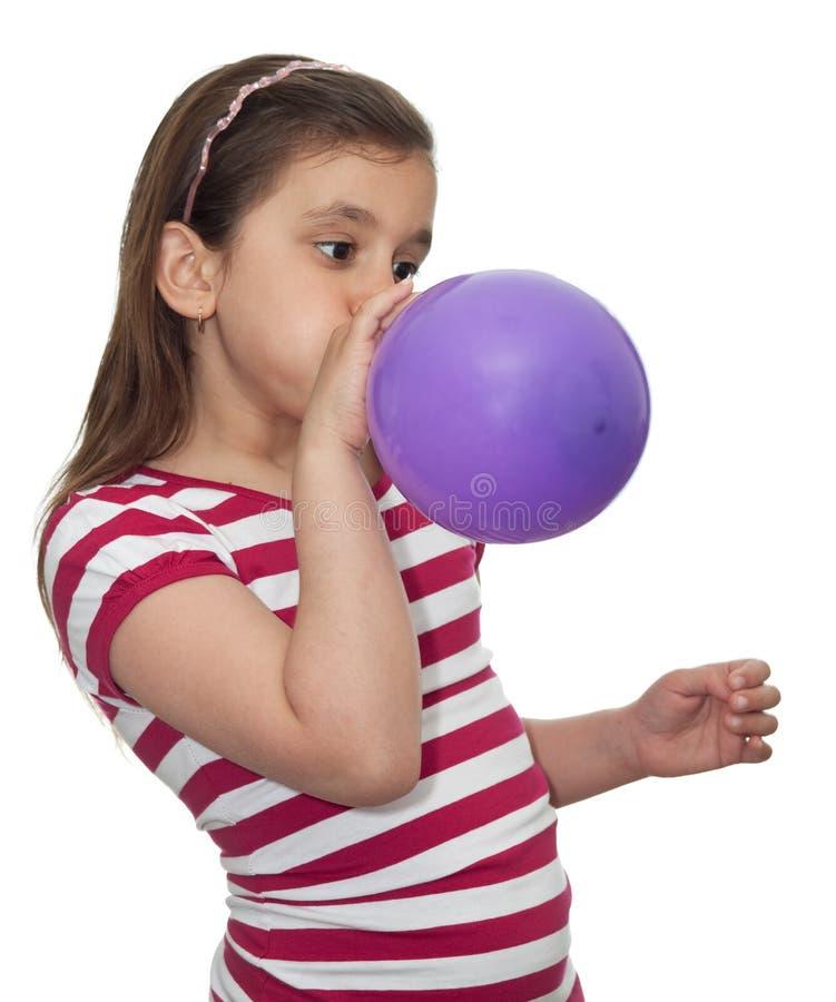 Mädchen, das einen Ballon durchbrennt stockbilder