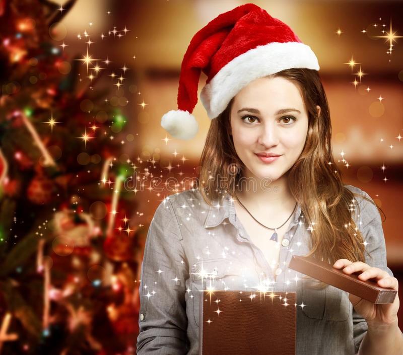 Mädchen, das einen Geschenk-Kasten öffnet stockfotografie